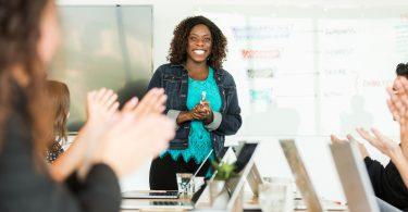 fortalecer o papel das mulheres na liderança